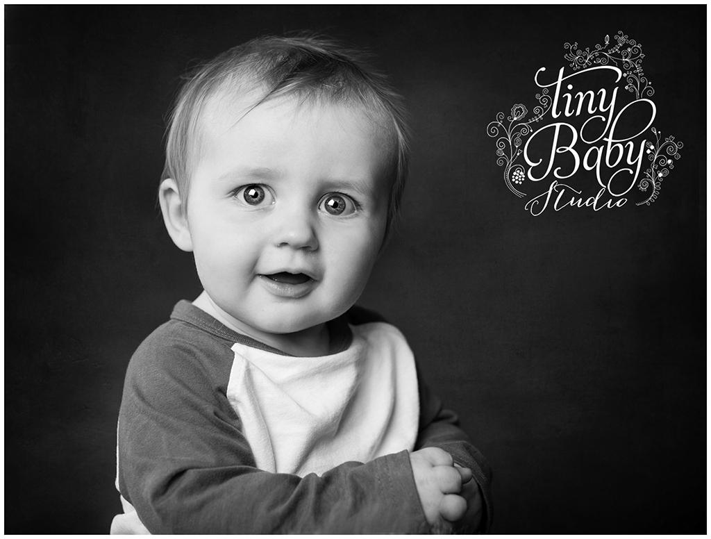 tiny-baby-studio-newcastle-newborn-baby-photographer-black-and-white-portrait