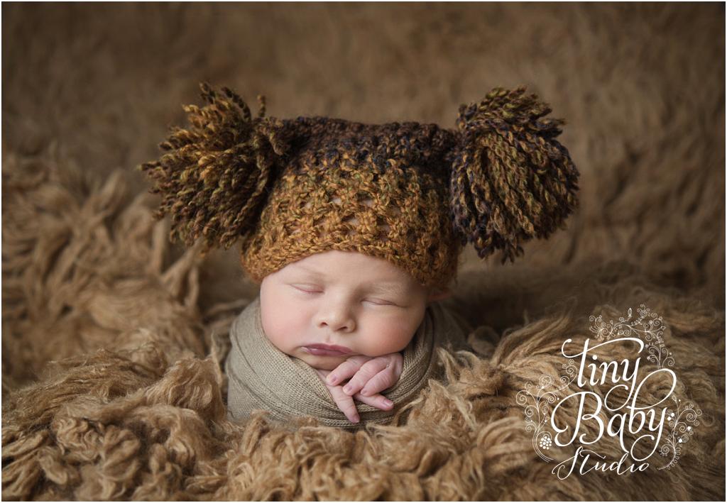 tiny-baby-studio-newcastle-newborn-baby-photographer-newborn-baby-pom-pomm-hat