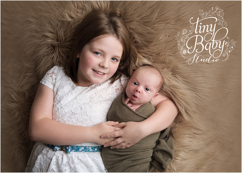 tiny-baby-studio-newcastle-newborn-photographer-awake-newborn-with-sister
